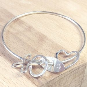 https://www.honeybournejewellery.com/wp-content/uploads/2015/10/HJ_BESPOKE_Mother-to-Daughter-Bangle3.jpg
