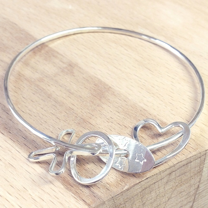 http://www.honeybournejewellery.com/wp-content/uploads/2015/10/HJ_BESPOKE_Mother-to-Daughter-Bangle3.jpg