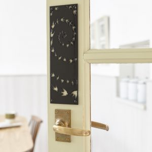 hj_shop_black_doorplate_situ