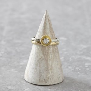 HJ_SHOP_RINGS_GOLDPOD_GOLDHAMMEREDBAND